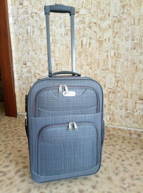 Продаю чемодан на колесиках, компактный, вместительный,лёгкий,состояние отличное. Ватсап 89644173517