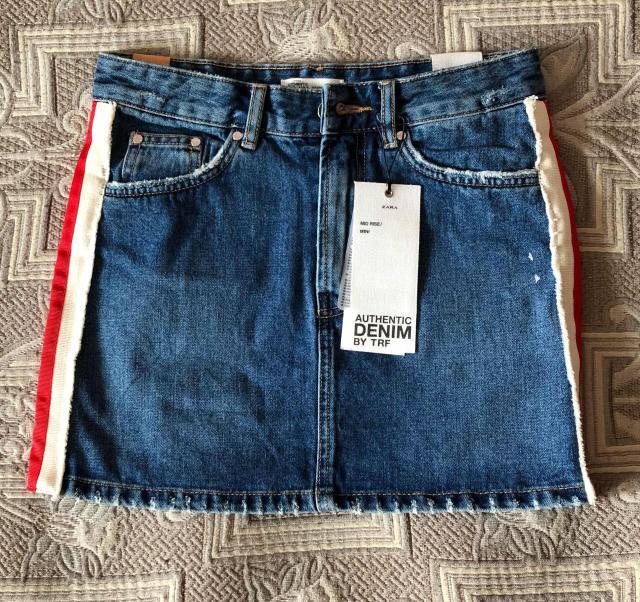 Джинсовая юбка фирмы «Zara». По краям юбки есть красно-белые полоски. Состояние 10 из 10.