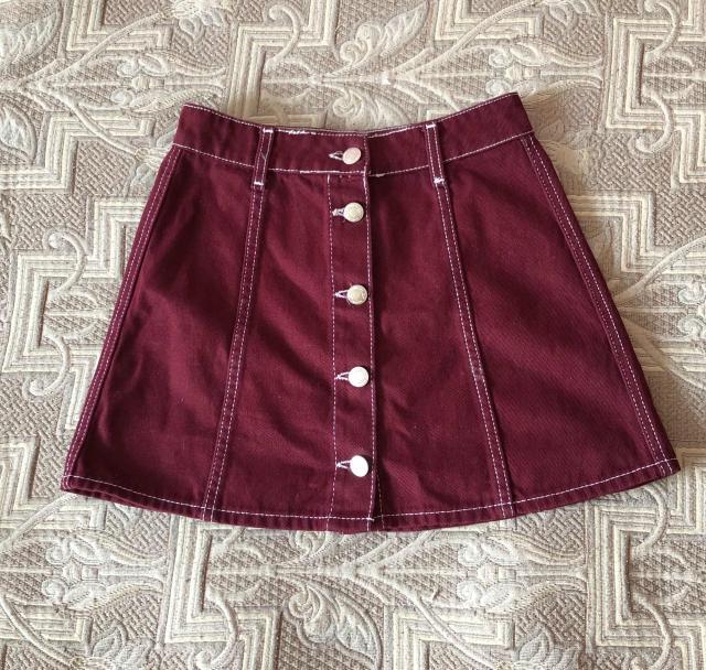 Джинсовая юбка фирмы «Bershka», цвет бордовый. Состояние: 10 из 10