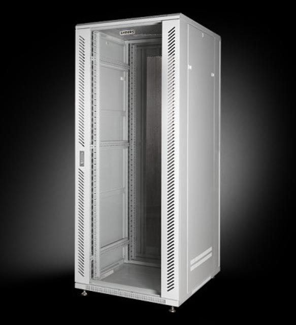 Шкаф 19 напольный 42U глубина 800 мм Размеры 19 шкафа - 800x1000x2085 мм Серый (RAL 7035) Передняя дверь - стекло в стальной перфорированной рамер Задняя дверь - стальная с высоким уровнем перфорации Вентиляционная вытяжка с 4 кулерами Блок с разетками 220 вольт 12 шт