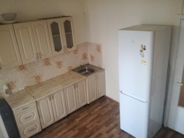 Продаю 2-комнатный по улице пояркова 21/1, 2 этаж, косметический ремонт, все остается в квартире, готова к продаже, 63м2 площадь квартиры