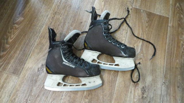 Продаю коньки хоккейные 33,5р б/у,  майки хоккейные 36р.