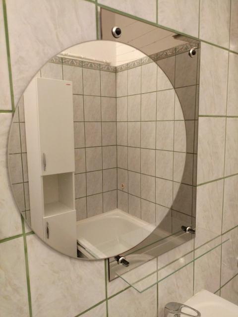 продам зеркало с полочкой для ванной комнаты