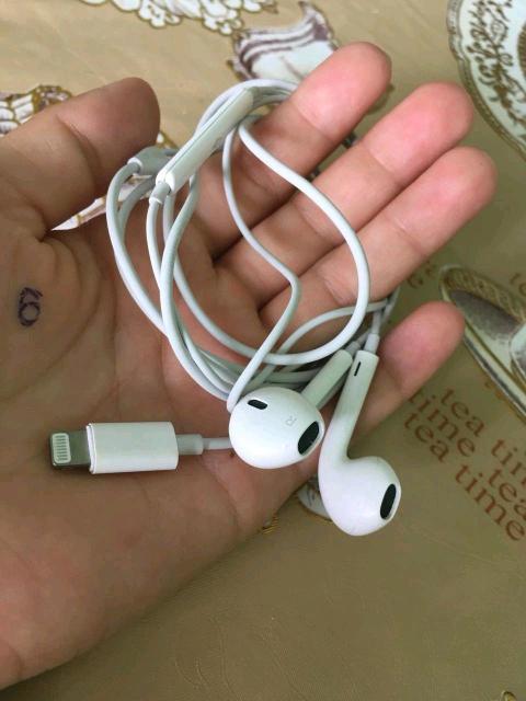 Продаю в отличном состоянии наушники от iPhone 7+ и переходник