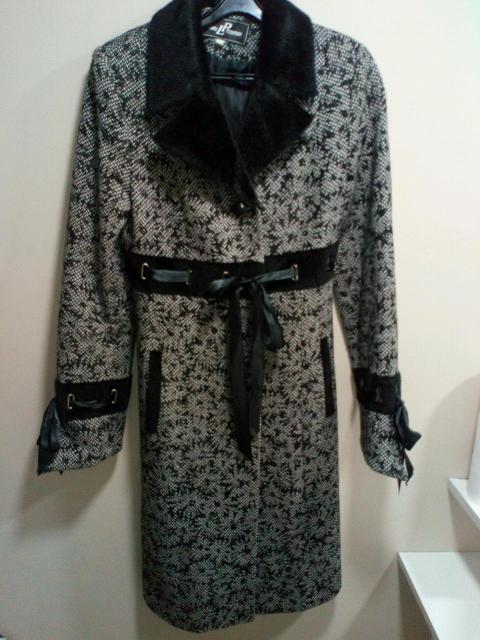 Пальто женское б/у, размер 42, есть съёмный капюшон, пальто после химчистки.