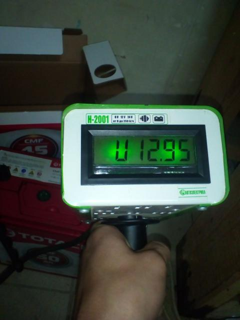 АКБ 50a/h обратная полярность (плюс с правой стороны) полностью заряжен, напряжение в норме, под нагрузкой не проседает.