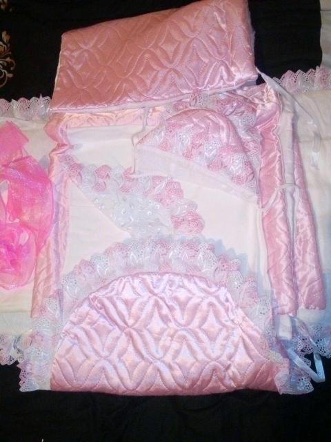 В комплекте: чепчик тёплый, лента,пеленки тонкие, одеяло