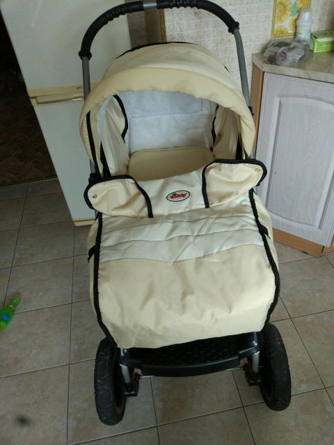 Срочно продаю коляску трансформер с рождения до 3 лет. В комплекте чехол на ноги сумка для мамы и переноска для малыша