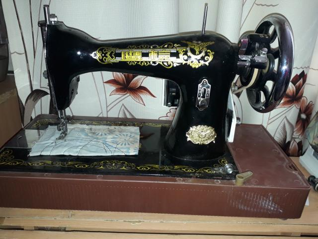 Продаю швейную машинку с электро приводом. Требуется настройка.
