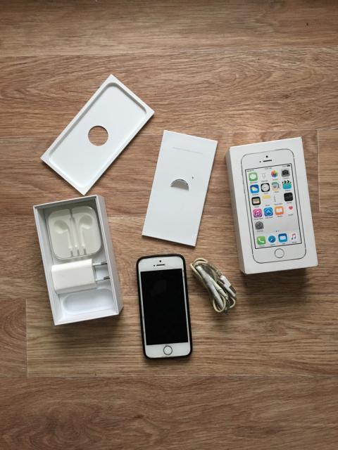 iphone 5s silver 16gb с документами, зарядник родной, без наушника. Состояния телефона 5/5