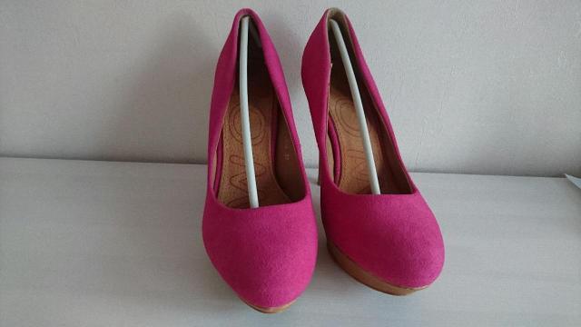Туфли замшевые на платформе с каблуком цвет фуксия, покупала в Польше, размер 39, были одеты 1 раз в помещении, в комплекте идут набойки на каблук.