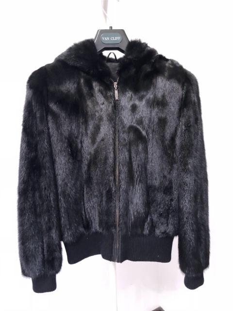 Продаю совсем новую норковую куртку с капюшоном на молнии 46 размера.