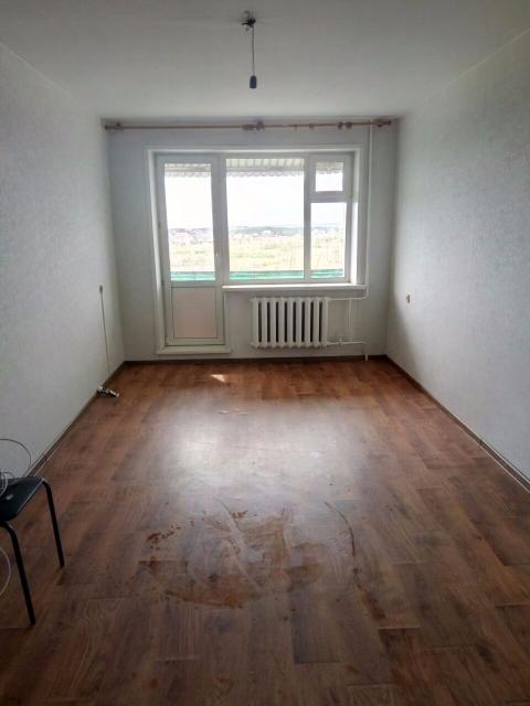 Продаю комнату в общежитии 21 кв.м. на ДСК. 4 этаж, балкон. Солнечная сторона, просторная. Санузел на 2 комнаты. В комнате раковина. Соседи спокойные без в/п