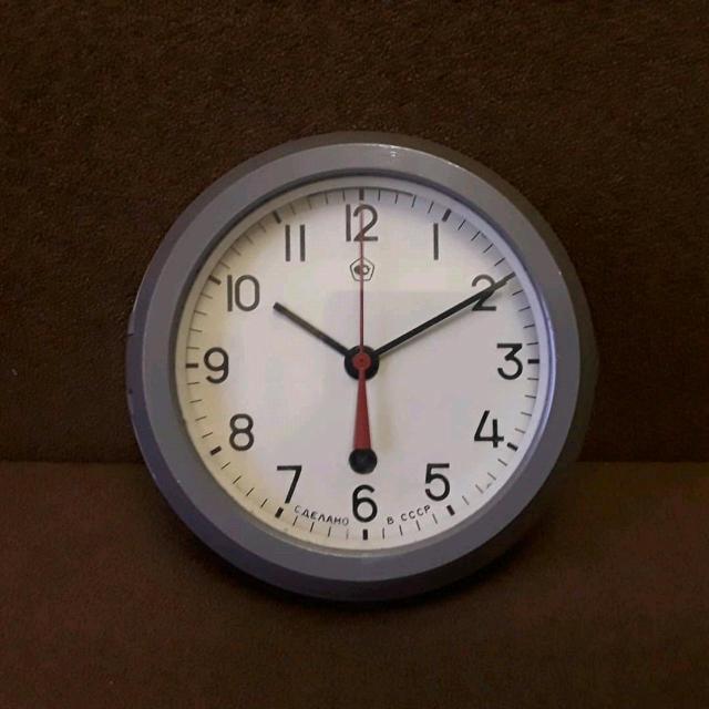 Механические корабельные часы эпохи СССР. 1990г. В отличном, рабочем состоянии. Завод пружины 14 суток. В комплекте; родной ключ, карболитовая накладка-крепление к стене.
