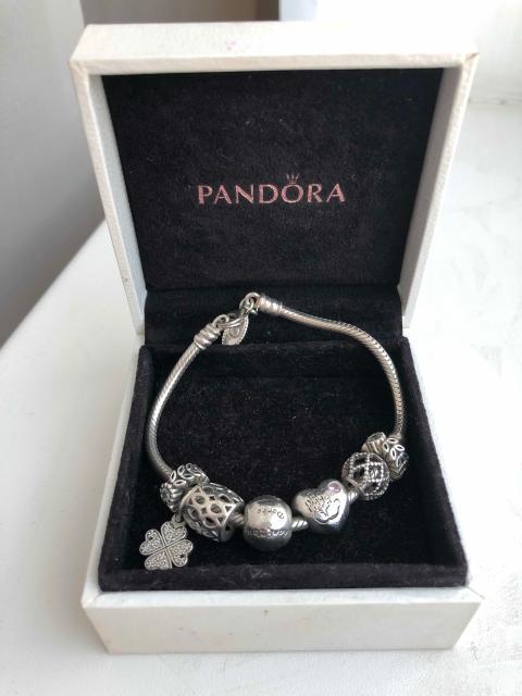 Продаю браслет Пандора б/у отличном состоянии ,размер 17-18 ,браслет и шармы полностью из серебра ,на некоторых шармах вставки циркон,фианит