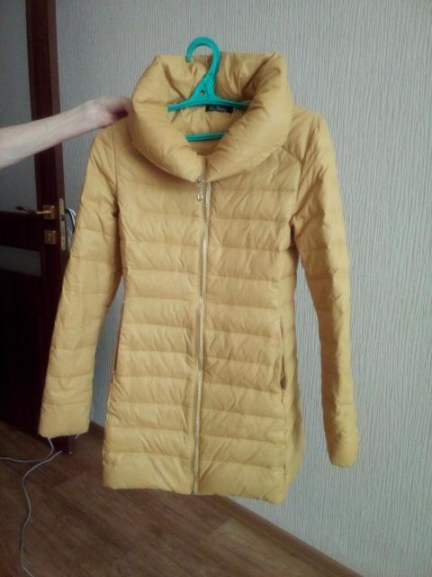 Продаю синтепоновую куртку. Размер XS. Длина чуть выше колен. Приталенная. С карманами. На молнии. Очень хорошего качества.