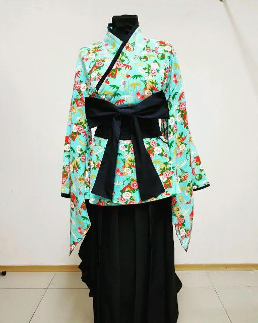 Длинная темно-синяя юбка в складку, блуза свободная, широкие рукава, пояс и бант. Размер М (маломерка). Доставка в черте города.