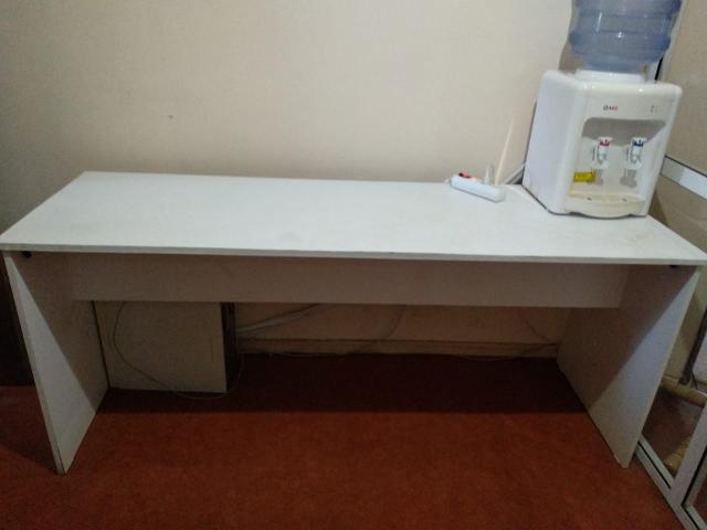 Стол прямоугольный длинный белого цвета.