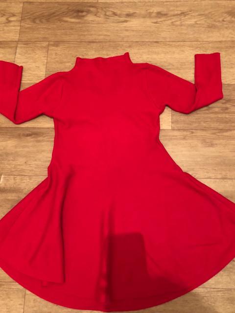 Продаю платья в отличном состоянии: 1. Чёрное платье новое - 400 рублей  2. Красное платье - 500 рублей  3. Джинсовое платье - 500 рублей  Доставка по центру