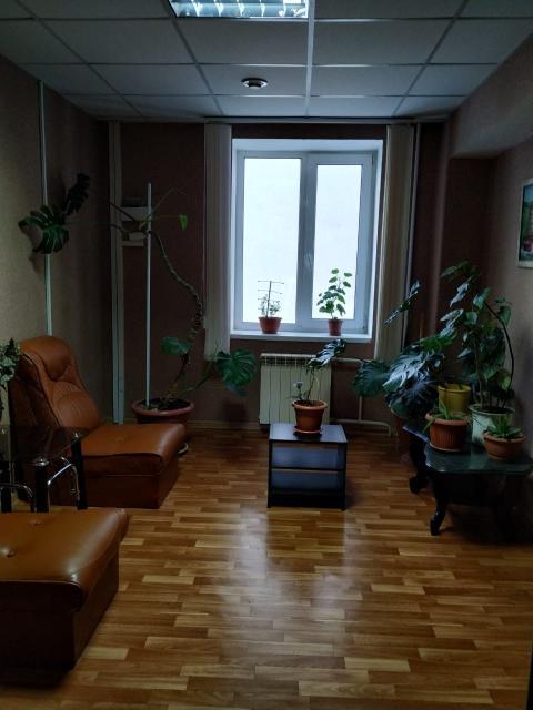 Продается действующая коммерческая недвижимость 4 этажное здание на Федора Попова, 2004 года постройки, 529 как.м. На каждом этаже по 4-5 комнат. Можно и под гостиницу, школы, пансионат, детсады и т.д. Здание соответствует всем нормативным требованиям эксплуатации.