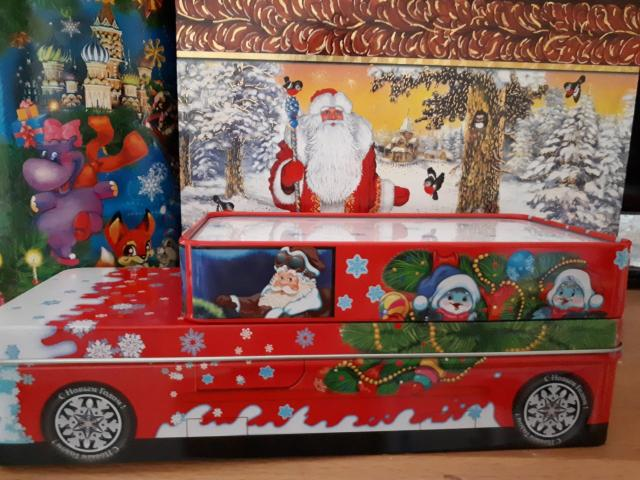 Машинка -лучший подарок мальчикам, а если внутри положить конфеты , батончики,  обрадуется вдвойне.  Ж/б машинка красная , вместимость 500 г. Размеры :длина 24 см, ширина 9 см, высота 8 см.