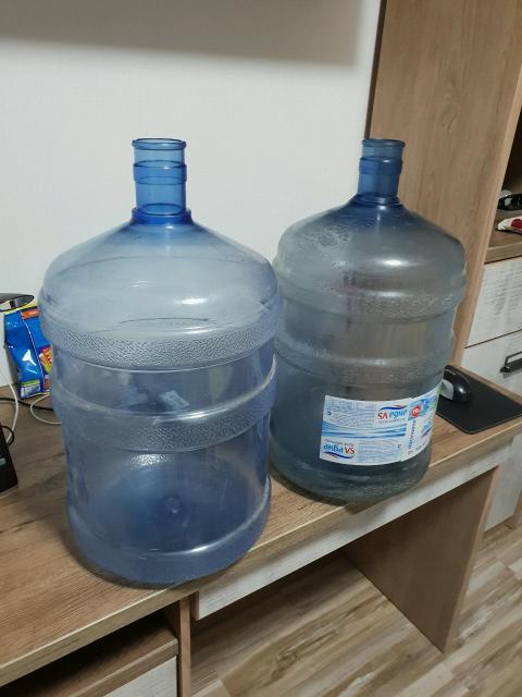 Продаю два бутыля под воду в компаниях которые привозят воду один бутыль стоит 600 Я отдаю 2 за 600