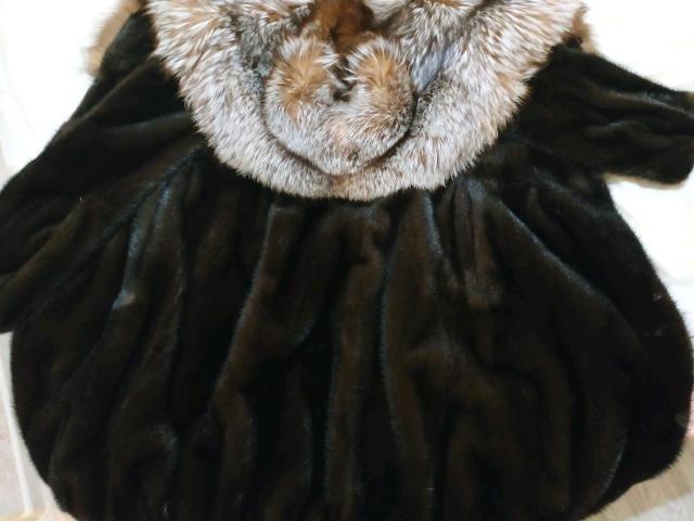 Продаю шубу 42-44 размер, состояние новой шубы, не разу не носили, цвет натуральный махагон, не крашенный, капюшон степная лиса, качественный мех, покупалось в прошлую зиму в магазине Северная Королева за 135000, продаю в связи с переездом