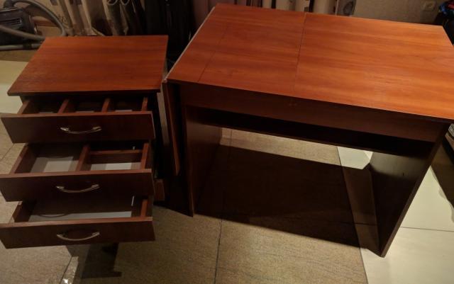 Складной стол для рукоделия с отдельной тумбой. В стол также можно вставить швейную машинку.