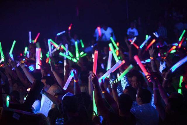Дорогие жители города Якутска и гости столицы Продаю светящиеся палочки для вечеринок ✨Светящиеся поролоновые палочки (led stick) используют на всевозможных вечеринках, свадьбах, юбилеев, дискотеках для проведения конкурсов и танцев. ✨❄❄❄ Цена 1 палочки 45 рублей без надписи  Телефон:89841075861  ⠀