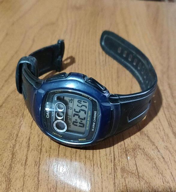 Простенькие наручные цифровые часы. Водонепроницаемые