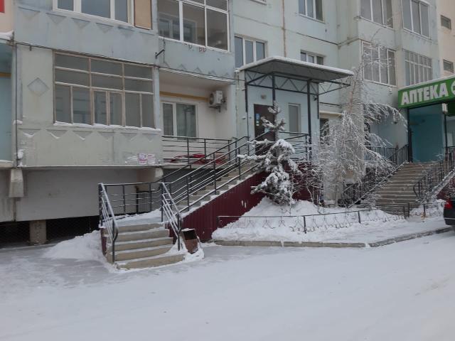 Продаю, просторное помещение для вашего бизнеса, на 1 этаже в жилом доме. 🌇 ✅Расположение: 1 линия района «Манньыаттаах» ул. Петра Алексеева 83/9  ✅Площадь 142,4 кв.м.  ✅Свежий евроремонт, кондиционеры, счетчики,  ✅Два входа (распашонкам), два балкона, так же отдельная бронированная Комната с сейфом (весом в полтонны) 💰💎🗂🔐 ✅Цена за квадрат 65.000 ₽ 💥 ✅Собственник