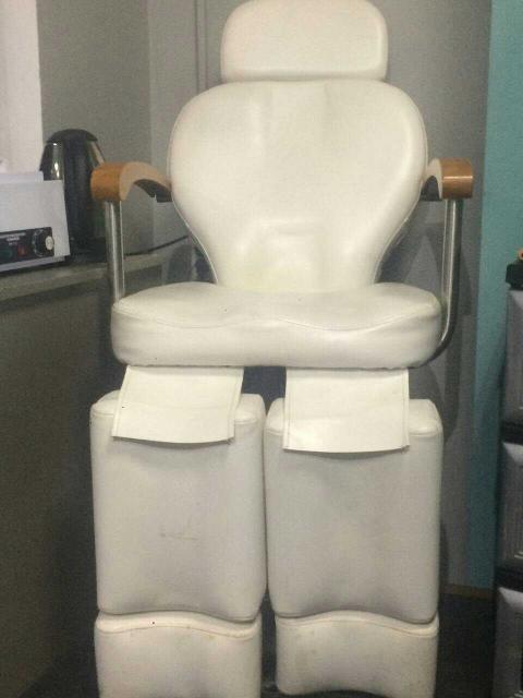 Продам педикюрное кресло, белое, 8т.р., торг Продам витрину, 4т.р. торг
