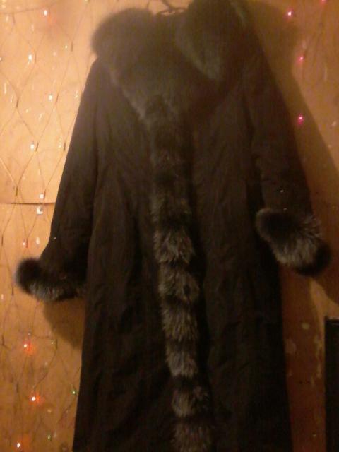 Срочно продаю женскую зимнюю куртку. С капюшоном с мехом. Очень теплая из нутри мех.54 размер