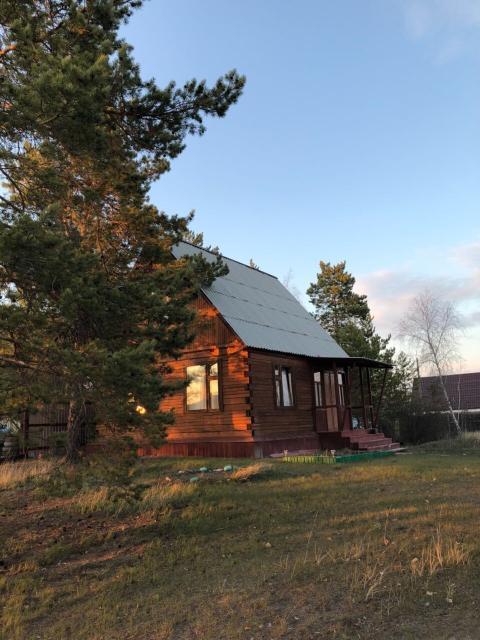 Продаётся уютная дача на Покровском тракте 10км , вымпел . 16 соток . Газ рядом , есть летний водопровод , летний домик , баня , теплица . На участке растут сосны очень тихо и красиво, находится на возвышении. Соседи зимуют