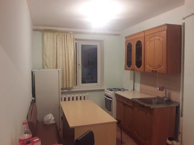 Сдаем 1-ю квартиру  на длительный срок. Имеется стиралка автомат, диван, кровать, шкаф, старый телевизор, холодильник. Аренда + счетчики (вода, свет).