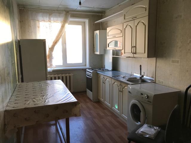 Сдается комната в 4-х комнатной квартире одному человеку или паре. Комната освободится 22 февраля. В общем доступе кухня, стиральная машина, холодильник. Ванная комната и санузел раздельные. Рядом студгородок, 31 школа, дет.сады. Все коммунальные услуги входят в стоимость аренды. Цена указана на одного человека. +1 человек = +1000 рб Предоплата за полтора месяца.
