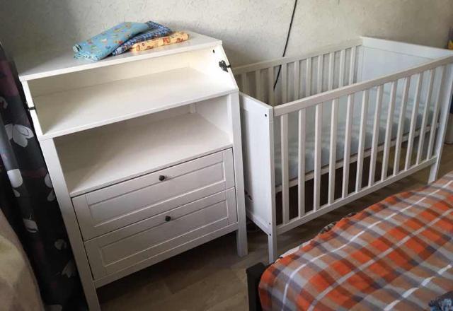 Кроватка и комод Икеа(матрас в комплекте), надёжный, качественный эргорюкзак с 4-х месяцев, бортики солнечного цвета, все целое, чистое, подойдёт как для мальчика, так для девочки. Цена за всё.