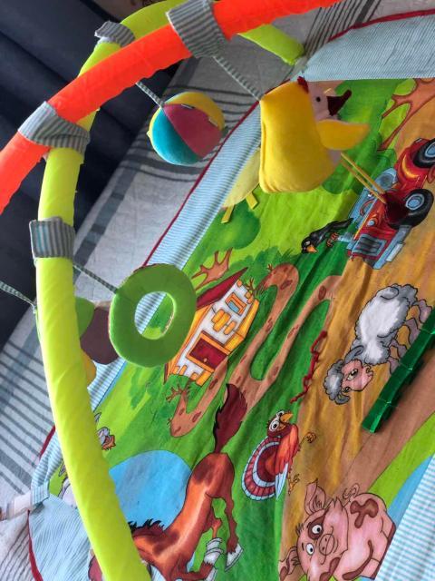 Продаю весёлый развивающий коврик «Полянка» для вашего малыша👼🏼 Игрушки шуршащие, пищащие как и нравится деткам. На самом коврике 3Д части)