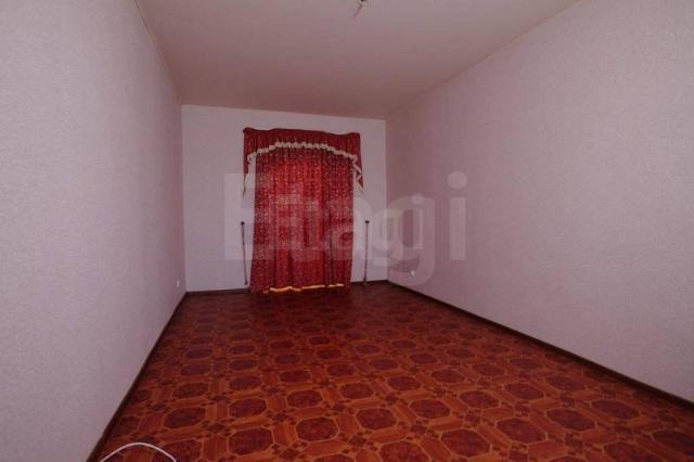 Выставлена на продажу отличная просторная 5-комнатная квартира в центре города, район Областной больницы, дом 1999 г.п., индивидуальной планировки, толстые стены. Расположена на удобном 3 этаже. Несмотря на то что в доме всего 6 этажей имеется лифт. Общая площадь квартиры 120 кв.м. 2 санузла. Своя котельная в доме. Окна выходят на две стороны: на дорогу и во двор. В квартире есть тещина комната, также на этаже имеется личная кладовая. После продажи в квартире остается вся мебель и техника. Также огромным преимуществом этой квартиры является то, что во дворе имеется теплый гараж. Отличный вариант для большой семьи. Сертификат гарантии безопасности после совершения купли продажи. Возможность снижения ставки по ипотеке. Гарантия безопасности сделки.