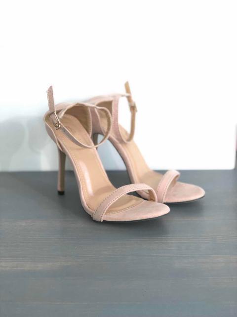 Продаю туфли / босоножки / сандали. Цвет пудовый. 36 размер. Новые, не ношенные, заказала с интернет-магазина на свадьбу, цвет отправили другой, вернуть не успела. Устойчивый каблук, удобные, идеально к лету, свадьбе, вечеру.