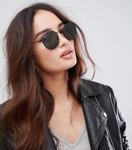 Классические круглые солнцезащитные очки с кожаной отделкой на оправе Ray Ban. Оригинал. Состояние отличное, никаких царапин, косяков. Покупались в Стамбуле в позапрошлом году, носились нечасто, только на выход. Продаю в связи с ненадобностью.