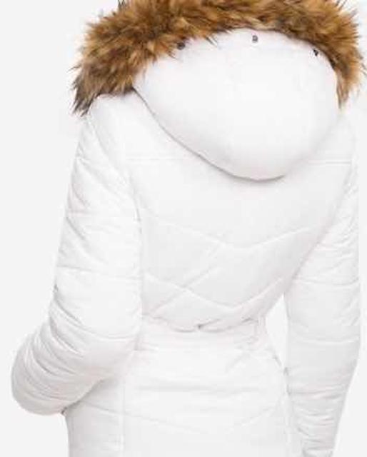 Утепленная( синтепон) белая куртка Глория Джинс , на подкладке,на молнии и кнопках с боковыми карманами , с капюшоном с опушкой. Состояние хорошее.