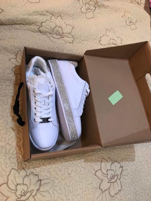 Продаю абсолютно новые былые кроссовки, в стразах . 37 размера . Продаю по причине что не подошёл размер , брали в Иркутске