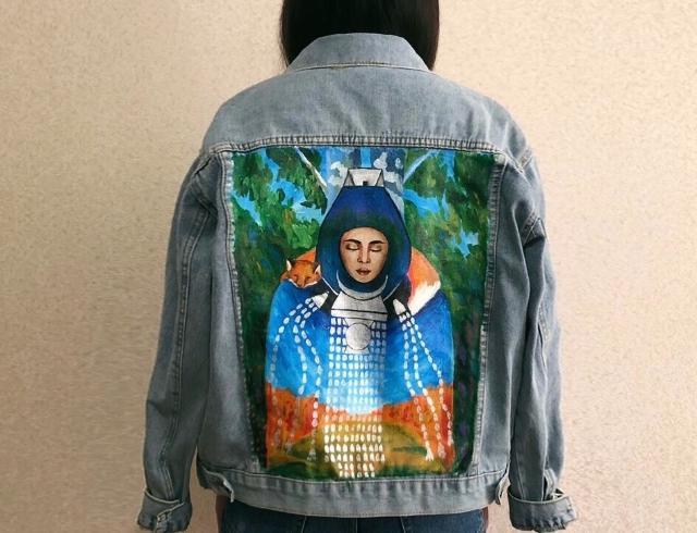 Продаю новую джинсовую куртку с ручной росписью в якутском стиле,  росписала недавно, рисунок при стирке не стирается, так как нарисовано специальными красками, также другие мои работы можете посмотреть в инстаграме @vera_ponomar