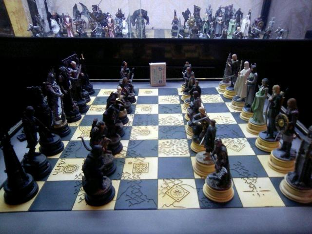 Продаю большую коллекцию шахмат властелин колец множество фигур три шахматные доски...очень детально выполнены и качественно... увесистые