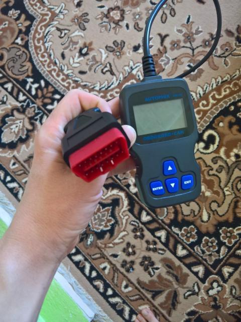 Автомобильный сканер. С помощью него сможете сделать диагностику своего авто, а также сбросить ошибки.