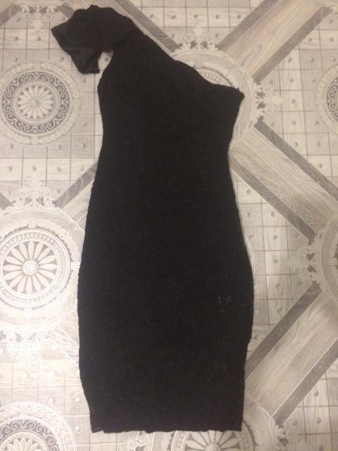 Продаю платье вечернее на одно плечо, одето пару раз, материал-гипюр, 42-44 размер.