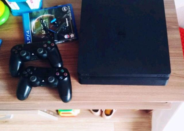 Продаю PS4 slim в отличном состоянии, в комплекте: 2 геймпада; 1 игра; HDMI кабель; USB кабель; кабель питания; наушники.