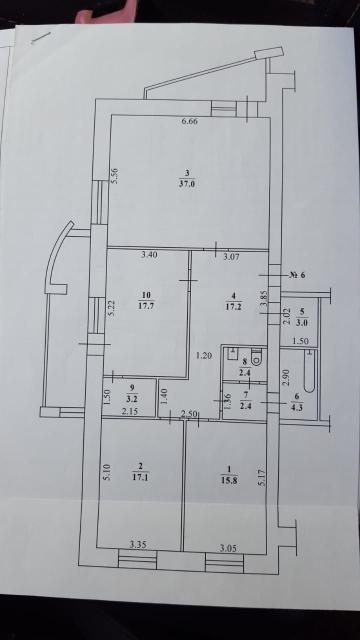 Продается элегантная 3-комнатная квартира Бизнес-класса с гаражом в центре Якутска!  Дом 2002 года постройки, блочный. индивидуальной планировки, расположен на 2 линии от дороги.  В доме всего 8 квартир, 4/5 этаж, солидные соседи-собственники, автономное поквартирное газовое отопление, видеонаблюдение, зеленый чистый двор, всегда свободная парковка!  В стоимость квартиры включен гараж. расположенный на 1 этаже дома!  В квартире выполнен ремонт из дорогостоящих материалов, вложений не требует.  2 отделанные лоджии, раздельный санузел, два подсобных помещения, одна спальня используется под тренажерный зал. Вся мебель и бытовая техника также включены в стоимость! Квартира освобождена, полностью готова к проживанию!  В шаговой доступности 2 общеобразовательные школы, детские муниципальные садики, ТЦ и магазины, хорошая транспортная развязка.  Один взрослый собственник. свободная продажа