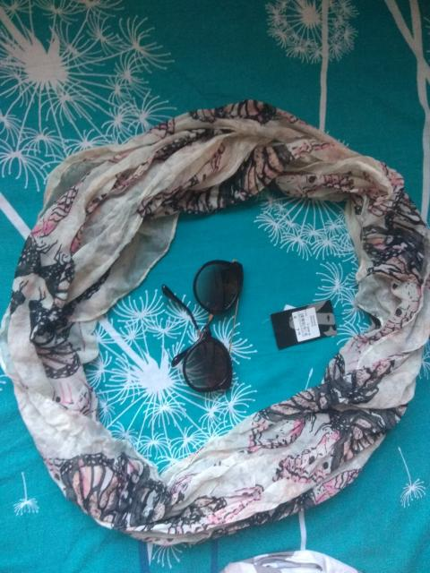 Все вместе за 500р, шарфик совершенно новый с этикетками и очки, только сломались посередине думаю можно просто заклеить, писать ватсап.